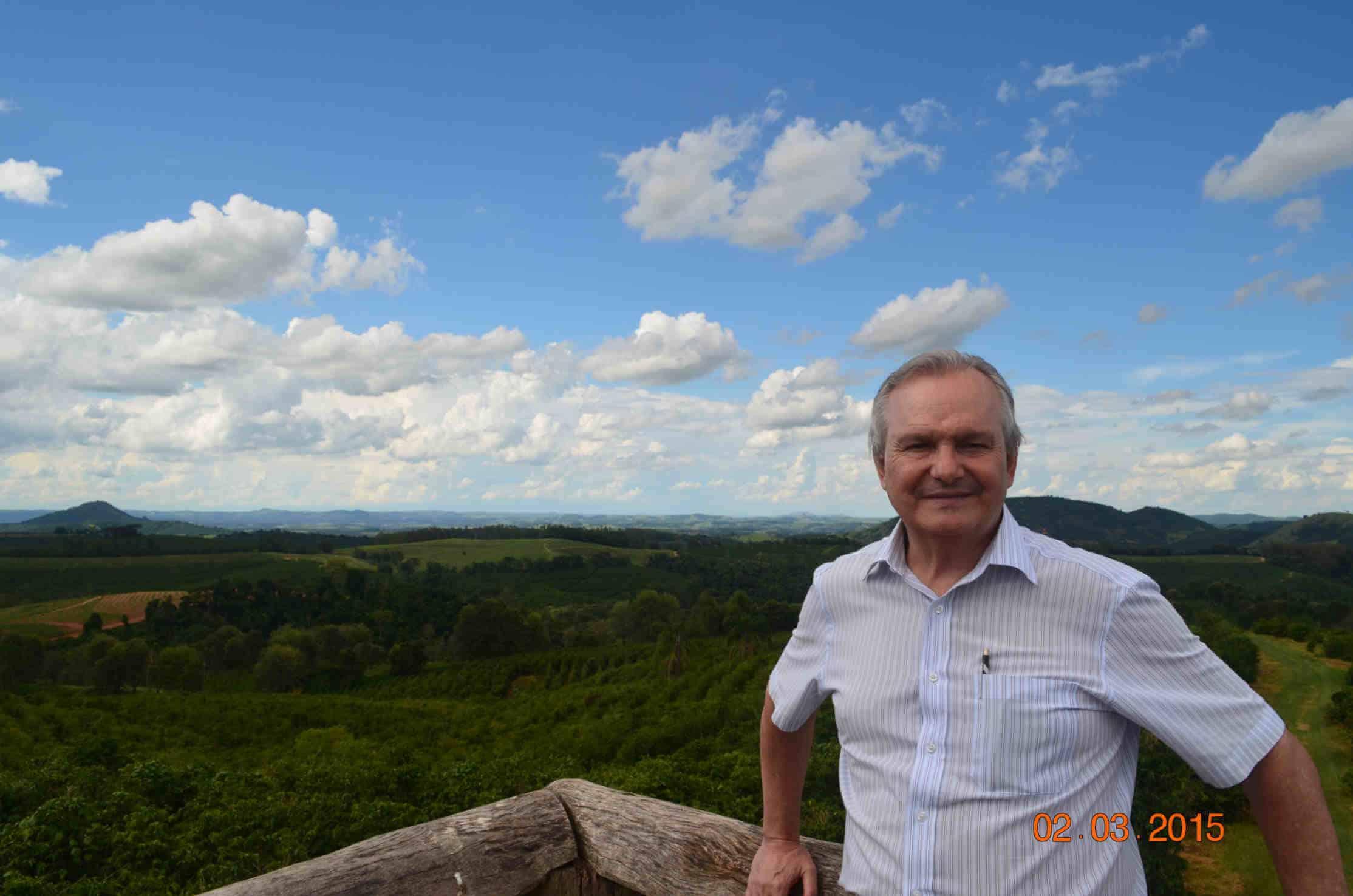 Plantacja kawy w Brazylii – Jose Francisco Pereira, członek zarządu Brazil Specialty Coffee Association, na tle plantacji.