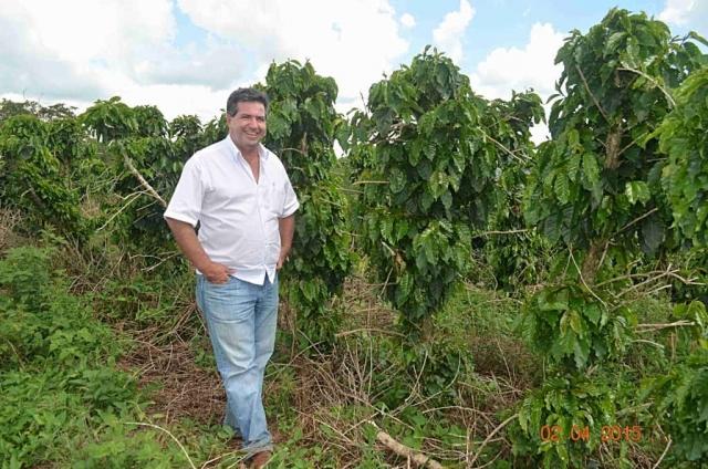 Plantacja kawy w Brazylii – Pan Lopez, właściciel plantacji, przy swoich drzewkach.