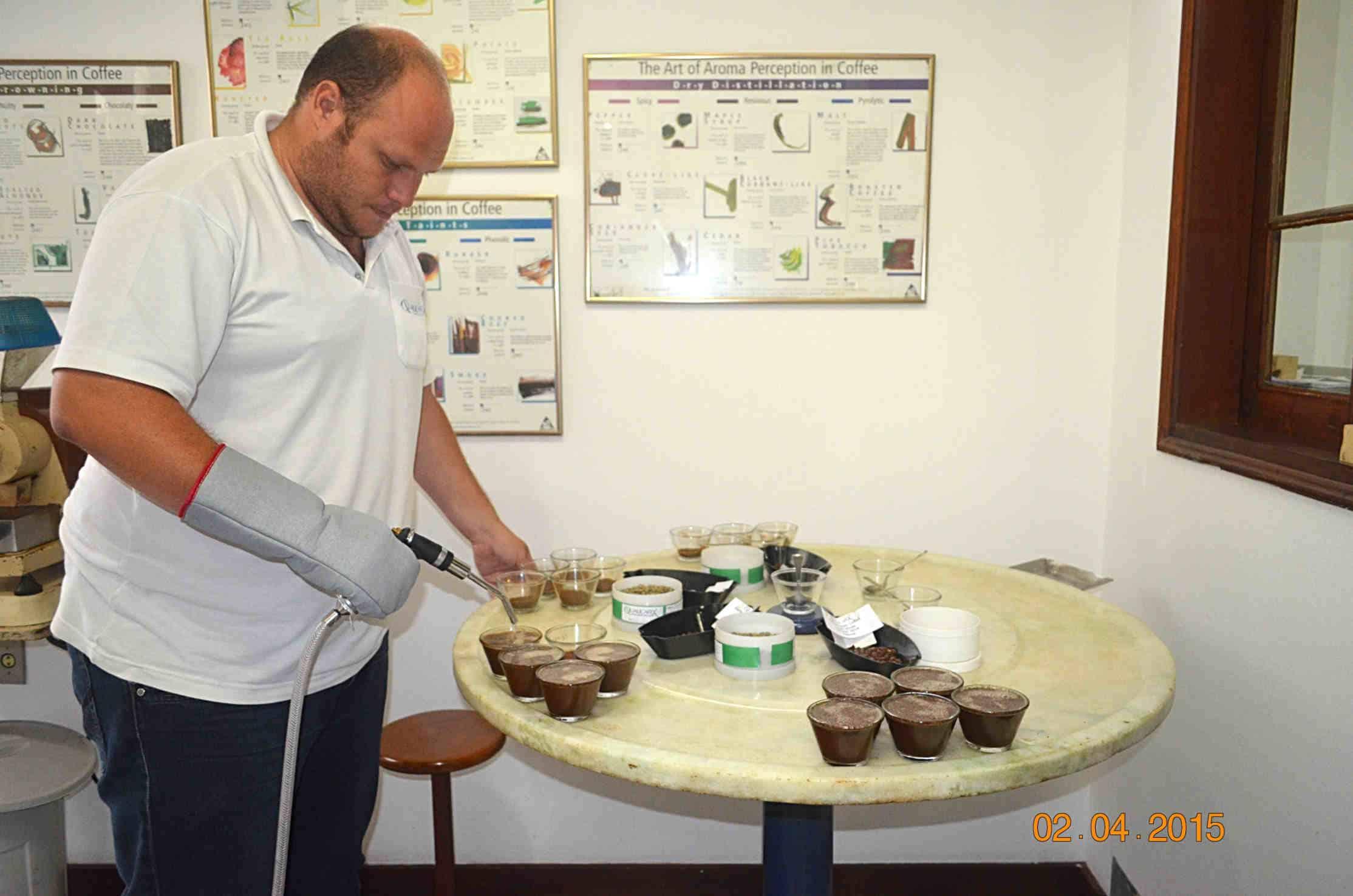 Cupping w Brazylii – Przygotowania do cuppingu w firmie Qualicafex w Espirito Santo do Pinhal, gdzie nasz pracownik odbył szkolenie z zakresu gradingu i cupppingu.