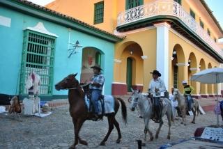 Trynidad – miasteczko pełne niskich, kolorowych domków i brukowanych uliczek, którymi co jakiś czas przejeżdżają konno kubańscy campesinos w charakterystycznych kowbojskich kapeluszach.